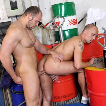 Hardcore Gay Bareback – Fucking The Gay Mechanic | Daily Dudes @ Dude Dump