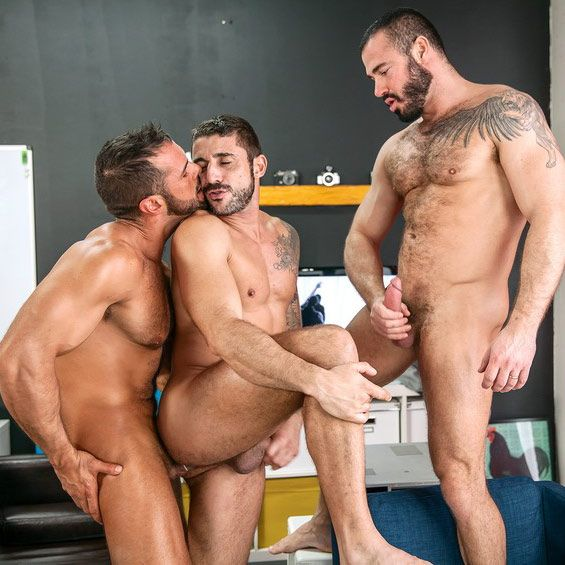 Attractive fetish muscle 3some
