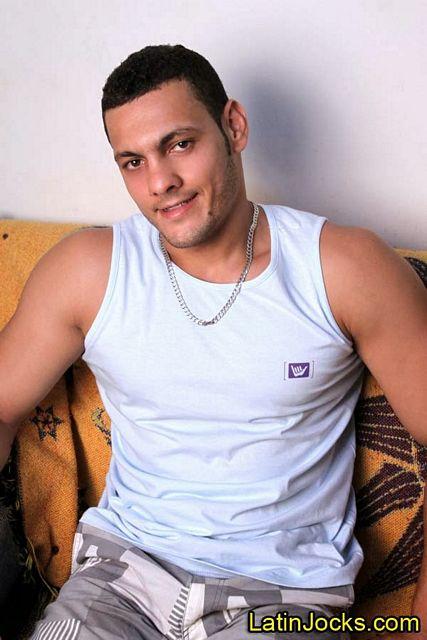 Muscle hunk Laerte jerks off | Daily Dudes @ Dude Dump