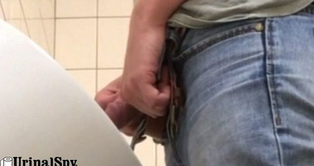 Tha man in blue jeans caught urinating | Daily Dudes @ Dude Dump