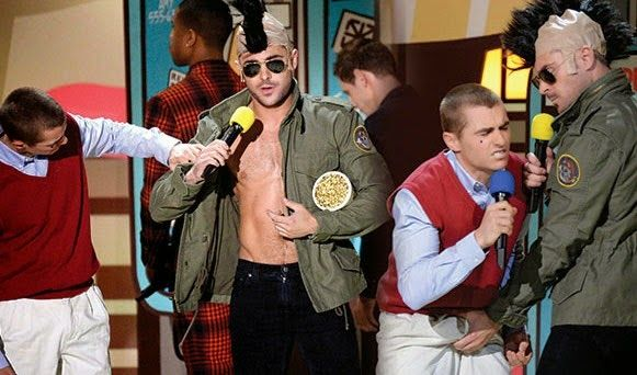 Zac Efron grab Dave Franco's bulge! | Daily Dudes @ Dude Dump